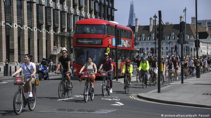 Велосипедисты и двухэтажный автобус на улицах Лондона