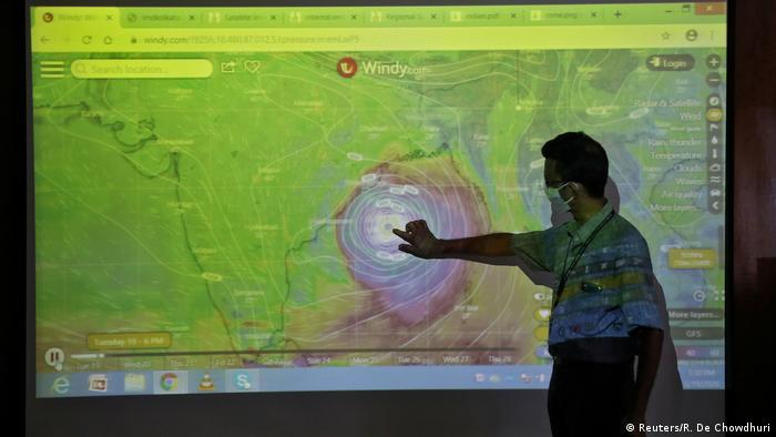 El potente ciclón Amphan esperado al final de la jornada en las costas del golfo de Bengala causó una primera víctima mortal en Bangladés, un voluntario de la Cruz Roja local, anunció la organización. El ciclón Amphan alcanzó pasado el mediodía del miércoles la costa oriental india, donde han sido evacuadas cientos de miles de personas, acompañado de vientos de 185 km por hora. (20.05.2020).