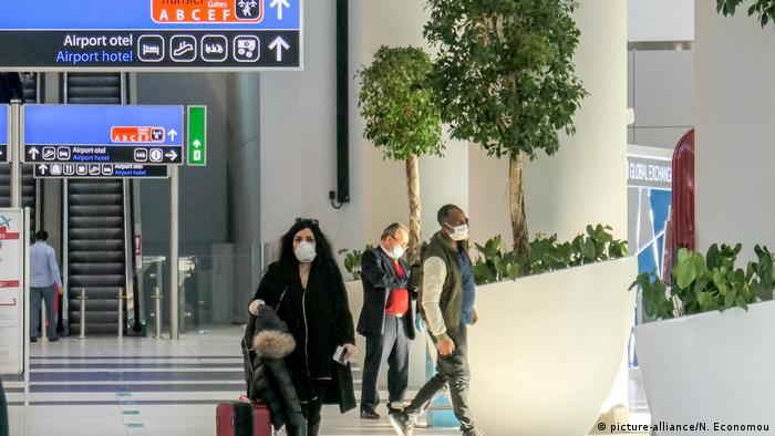Flughafen nach Corona-Lockerungen - Passengers with protective face masks, gloves and other measures as seen at Istanbul Airport on March 18, 2020 in Istanbul, Turkey, during the Covid-19 crisis.