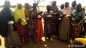 Des populations de la province du Sahel (Nord du Burkina Faso) reçoivent du savon pour le lavage des mains