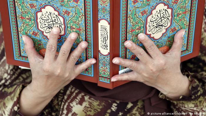 Malaysia Kuala Lumpur | Frau mit Koran