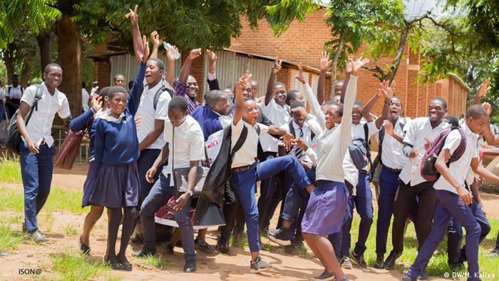 School pupils celebrate in Malawi (DW/M. Kaliza)