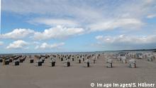 News Bilder des Tages Strandkoerbe am Hauptstrand von Travemuende warten auf Gaeste, Abstaende sind eingehalten Travemuende *** Beach kebabs on the main beach of Travemuende waiting for guests, distances are kept Travemuende