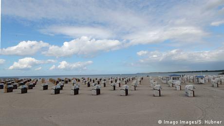BdTD Deutschland Strandkörbe am Hauptstrand von Travemünde (Imago Images/S. Hübner)