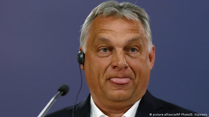 Hungarian Prime Minister Victor Orban sticks out his tongue (picture-alliance / AP Photo / D. Vojinovic)