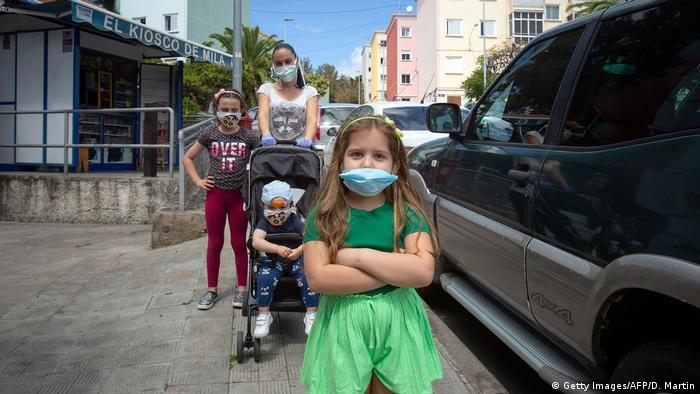 Niños y madre con mascarilla en Santa Cruz de Tenerife.