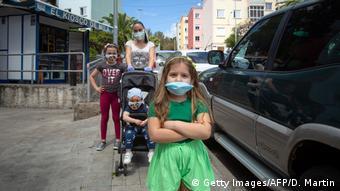 Испанская семья в защитных масках