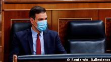 Pedro Sánchez im spanischen Kongress mit Mundschutz