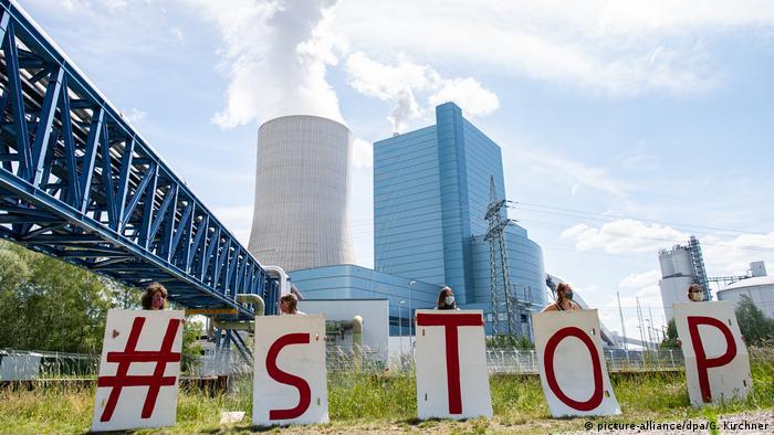 Demo vor dem Steinkohlekraftwerk Datteln 4. Auf den Schildern steht STOP. Sie wollen die geplante Inbetriebnahme verhindern.