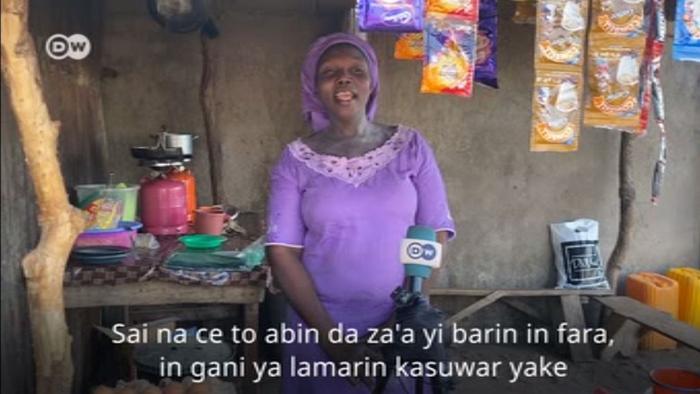 Nigeria Adamawa Tee-Verkäuferin