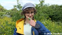 Forager and educator Fizzy Johnson demonstrates a wild plant wound dressing using yarrow and plantain leaf 14.5.2020