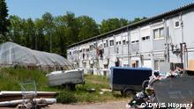 Deutschland Bornheim | Müllberge vor Wohncontainern von Erntehelfern
