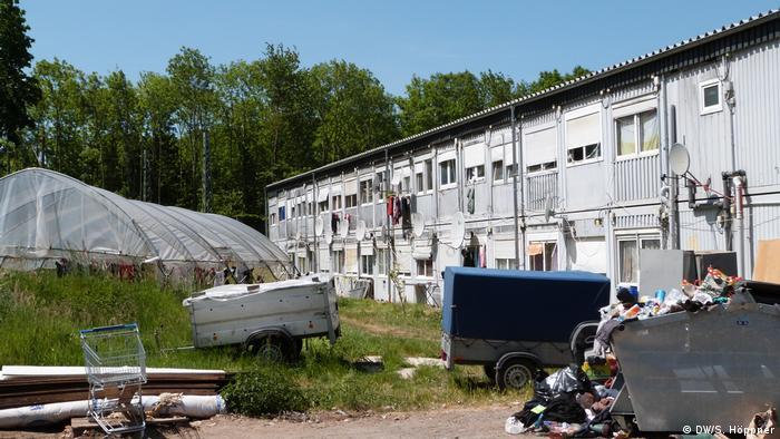 Deutschland Bornheim | Müllberge vor Wohncontainern von Erntehelfern (DW/S. Höppner)