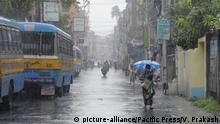 People wade through heavy rain due to cyclonic storm Amphan. (Photo by Ved Prakash/Pacific Press) | Verwendung weltweit, Keine Weitergabe an Wiederverkäufer.