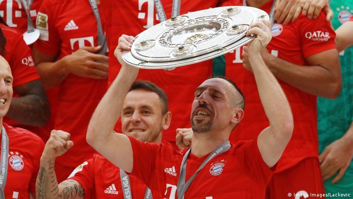 Rafinha and Franck Ribery celebrate the Bundesliga championship (Imago Images/Lackovic)