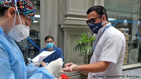 Personal de salud en Guayaquil, Ecuador, trabajando para hacer test de coronavirus.