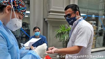 Foto de personal médico en Ecuador