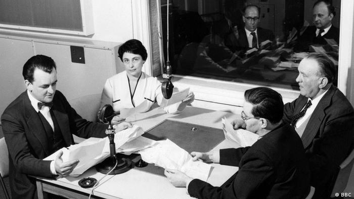 """Voditelj Ostin Harison (levo) i njegov tim čitaju """"Pisma bez potpisa"""" iz DDR-a"""