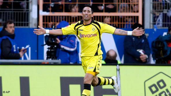 Barrios freut sich gleich über zwei Tore für seinen BVB. (Foto: apn Photo/ Roberto Pfeil)