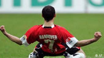 Pinto feiert nach seinem wichtigen Treffer für Hannover. (Foto: apn Photo/Joerg Sarbach)