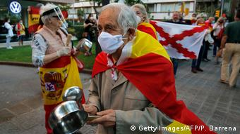 Пандемия коронавируса: пожилой мужчина в маске во время акции протеста против ограничительных мер в Барселоне