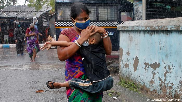 Indien, Kalkutta - Mutter schützt ihren Sohn - Amphan (Reuters/R. De Chowdhuri)