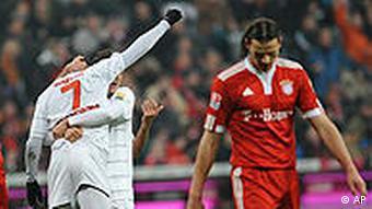 Der Freiburger Cedrick Makiadi (li.) feiert seinen Treffer zum 1:0 gegen die Bayern (rechts van Buyten) (Foto: apn/Uwe Lein)