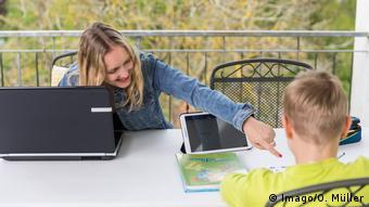 Мальчик и девочка делают уроки за компьютером