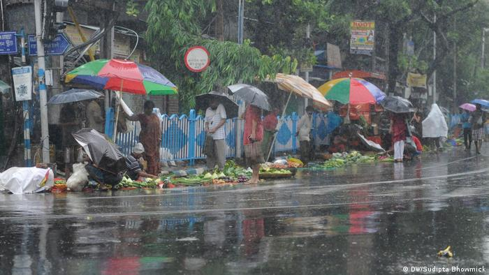 People standing close to each other in Kolkata street (DW/Sudipta Bhowmick)