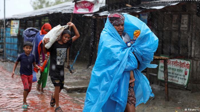 Personas buscando refugio de un ciclón en Bangladesh. (Mayo de 2020).