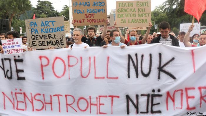 Albanien | Tirana | Protest | Nationaltheater (DW/A. Ruci)