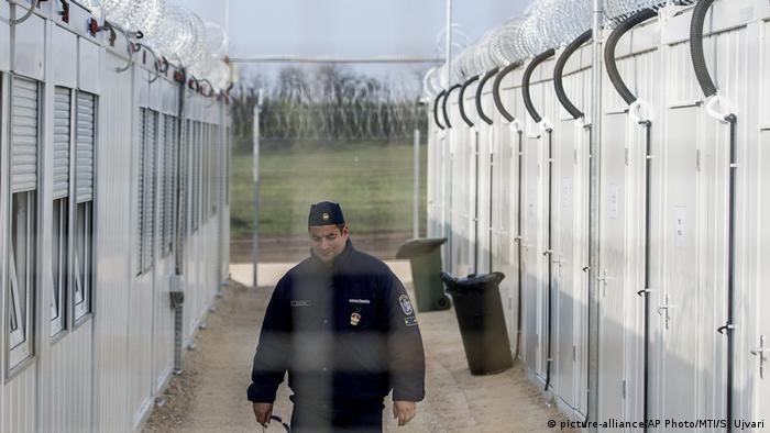 Border policeman on the Hungarian border (picture-alliance/AP Photo/MTI/S. Ujvari)