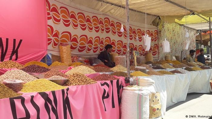 هرچند گفته شده میوه خشک هم می تواند ناقل ویروس باشد، اما فروش آن در بازارهای افغانستان جریان دارد.
