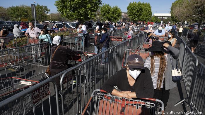 USA Los Angeles   Coronavirus: Schlange vor Costco Wholesale Supermarkt in Van Nuys (picture-alliance/dpa/AP/R. Vogel)