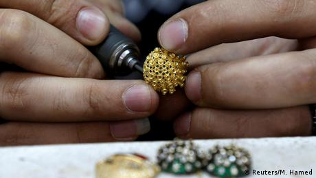 BdTD Jordanien Amman Herstellung einer Coronavirus-Halskette (Reuters/M. Hamed)