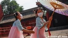 BdTD China Peking Kinder mit Masken spielen in Nähe des Eingangs zur Verbotenen Stadt