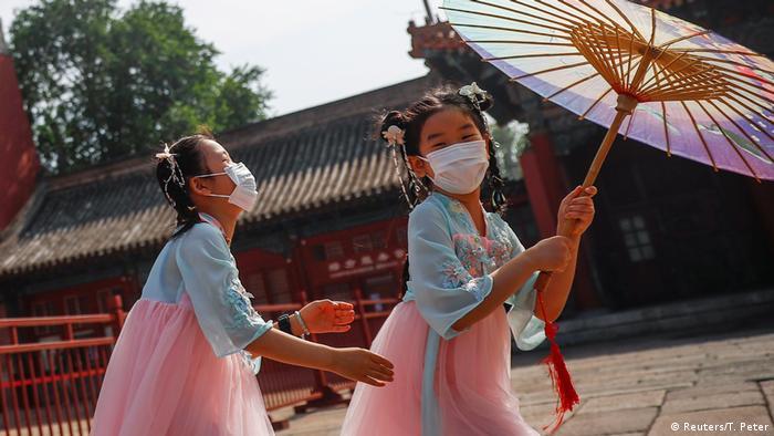 BdTD China Peking Kinder mit Masken spielen in Nähe des Eingangs zur Verbotenen Stadt (Reuters/T. Peter)