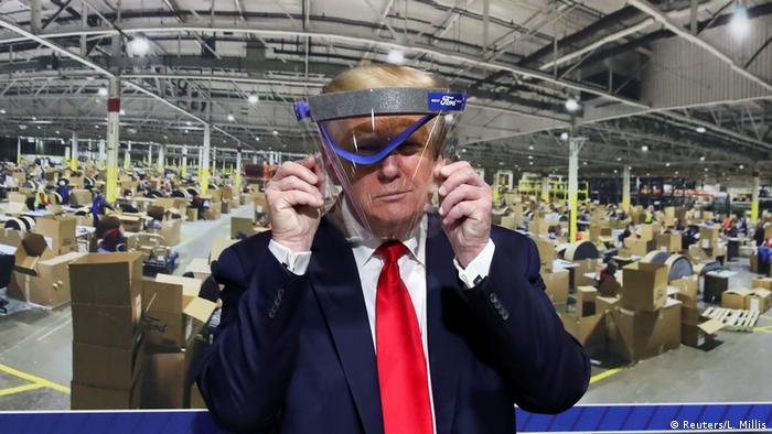 US-Präsident Trump hält Gesichtsschutz hoch (Reuters/L. Millis)