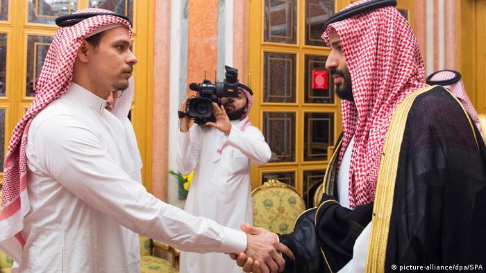 صلاح خاشقي مع ولي العهد السعودي محمد بن سلمان عقب مقتل الصحافي جمال خاشقي في عام 2018 (أرشيف)