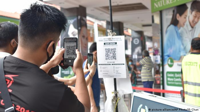 Seorang pria sedang memindai barcode di Singapura