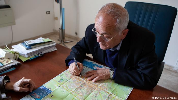 Мер Казаль-ді-Прінсіпі показує на карті міста конфісковані об'єкти