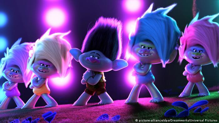 Fünf animierte Trolle posieren mit verschränkten Armen im Film Trolls World Tour (Bild: picture-alliance/dpa/Dreamworks/Universal Pictures)