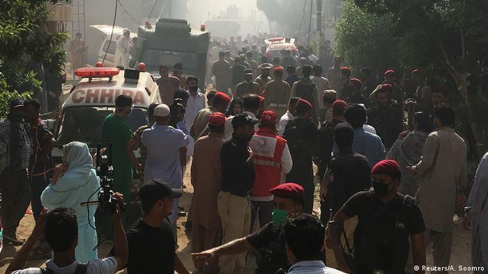 Un avión de la compañía Pakistan International Airlines (PIA) con 107 personas a bordo se estrelló en la ciudad de Karachi, en el sur de Pakistán, informó la autoridad de la aviación del país, sin que confirmara víctimas mortales. Según reportes de medios locales, la aeronave de Pakistan International Airlines se estrelló en una zona residencial de Karachi (22.05.2020).