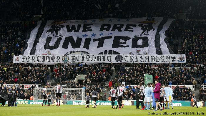 'We are United' banner held up in stadium (picture-alliance/ZUMAPRESS/S. Bellis)