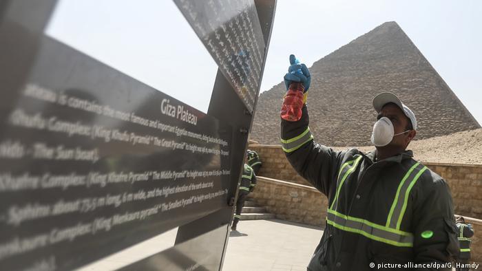 مصر حريصة على عودة السياحة، صورة رمزية تظهر فيها الأهرامات.