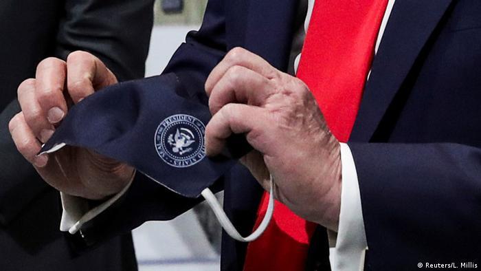 USA Hände von US-Präsident Donald Trump mit Schutzmaske