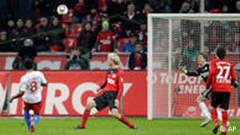 Hamburgs Ze Roberto (li.) erzielt den Ausgleichstreffen nach einem schweren Fehler von Torwart Adler (nicht im Bild) (Foto: AP/Frank Augstein)