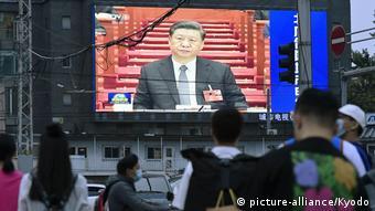 China   Xi Jinping auf Bildschirm in Peking während Fernsehansprache