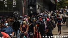 USA New York | Menschen stehen Schlange für Nahrugsmittelausgabe