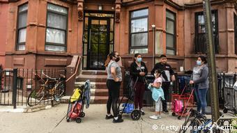 Темнокожие американцы на улице перед входом в жилой дом